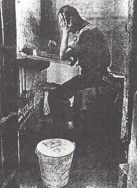 L'une des cellules sèches « bucket » en usage de 1873 jusqu'à la fin des années soixante. (Journal The Standard, 1948).  Livret commémoratif de la fermeture du pénitencier Saint-Vincent-de-Paul, 1873-1989. Gouvernement du Canada, 1989, p. 11.